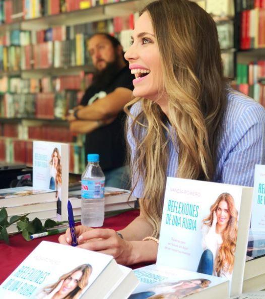 Vanesa Romero visita la Feria del Libro de Madrid